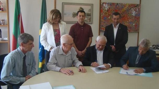 O Secretário da Saúde, João Gabbardo e o Secretário do Planejamento, José Reovaldo Oltramari assinam convênios com os hospitais
